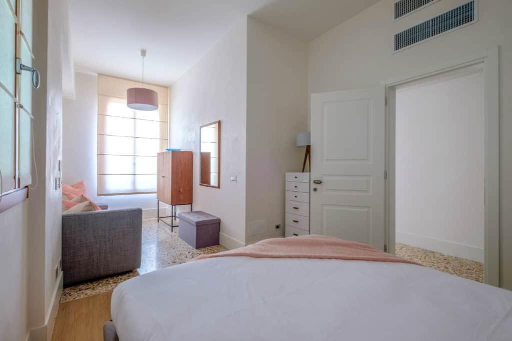 Luminous master bedroom with sofa - Palazzo Molin Tiziano Apartment