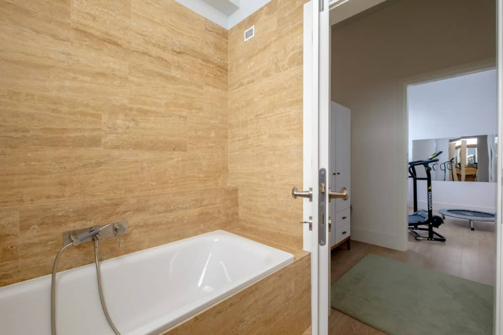 Entrance of the small bathroom with tub - Palazzo Molin Tiziano Apartment