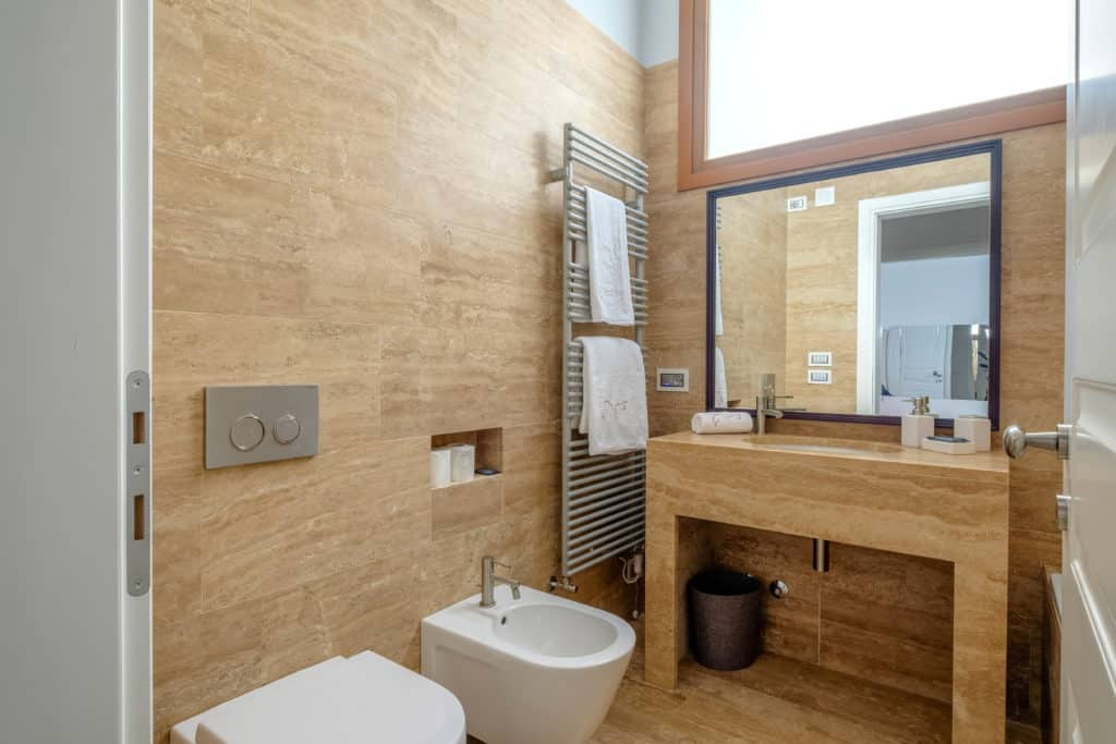 Small bathroom with modern furnishing - Palazzo Molin Tiziano Apartment