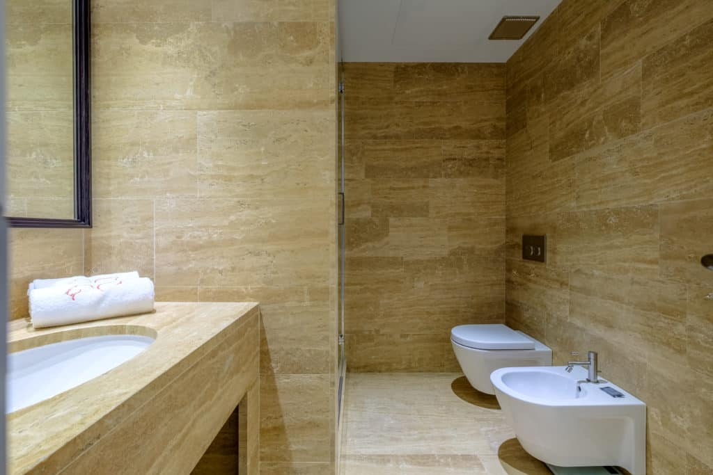 Large bathroom with modern furnishing - Palazzo Molin Tiziano Apartment