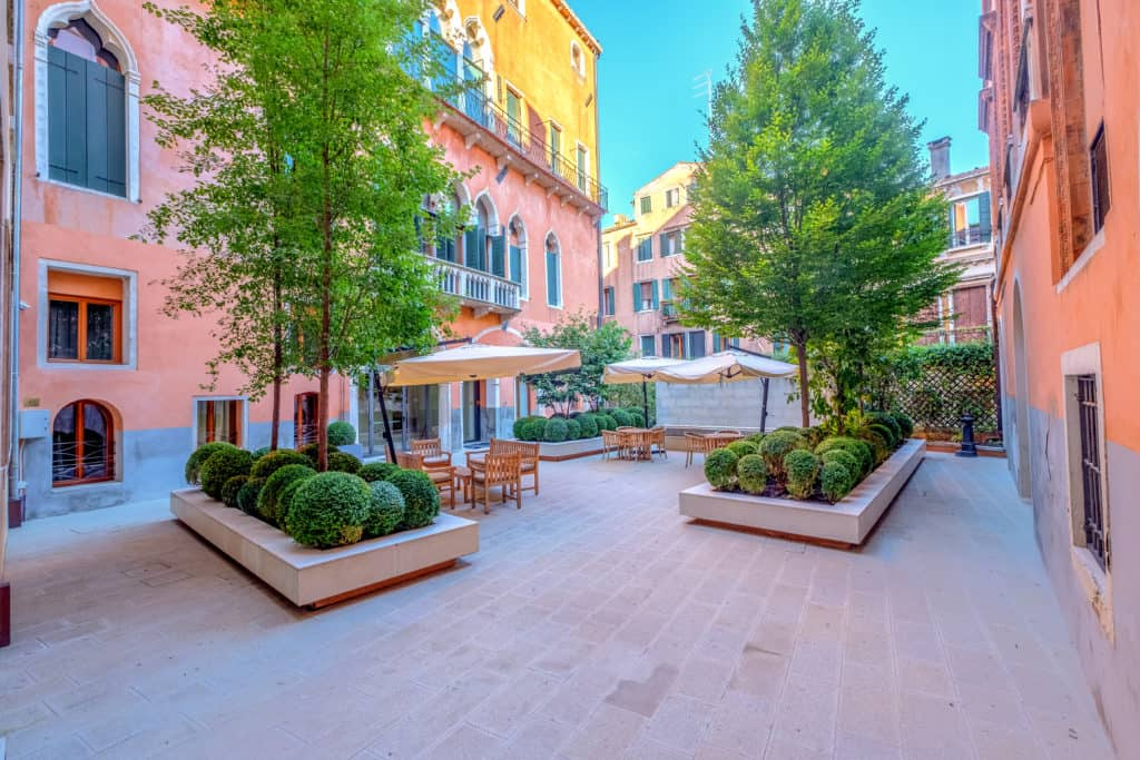 Left view of the palace entrance court and coffee tables - Palazzo Molin Massari Apartment