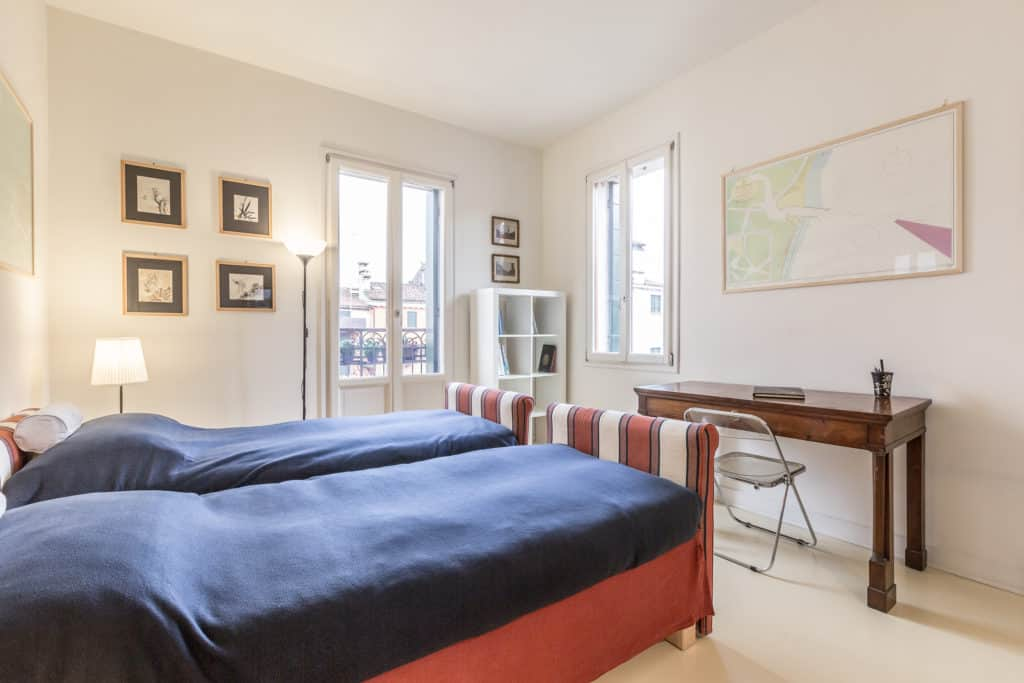 Luminous double bedroom with small desk - Santa Marta Apartment