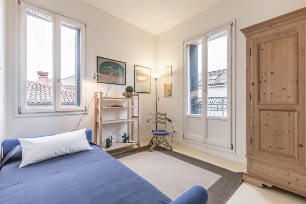Left view of the luminous double bedroom - Santa Marta Apartment