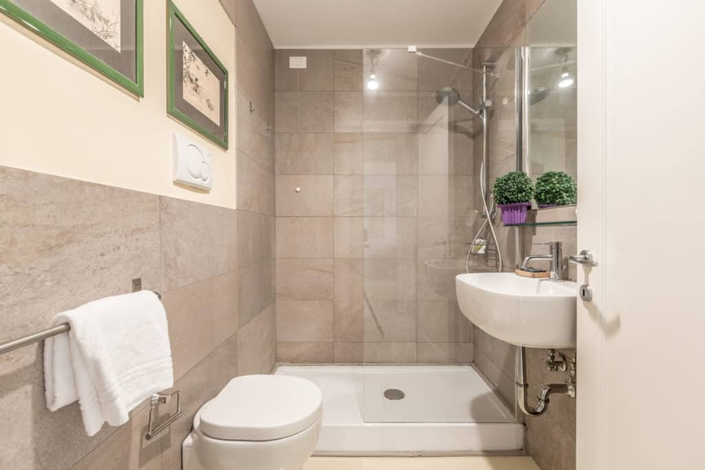 Small bathroom with large shower - Santa Marta Apartment