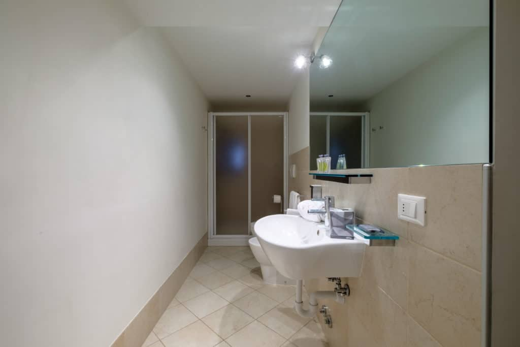 Bathroom with large shower and moden furnishing - The Lion's 1 Apartment