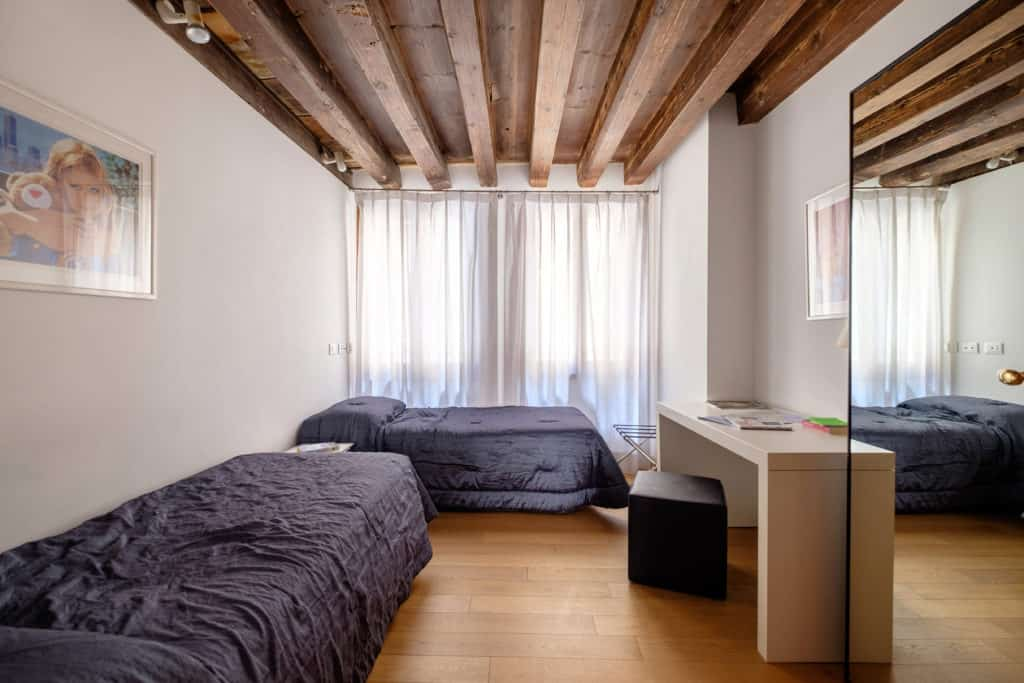 Large double bedroom - The Lion's 1 Apartment