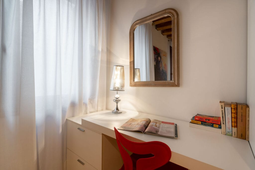 spacious double room with desk  - The Lions 1 Apartment