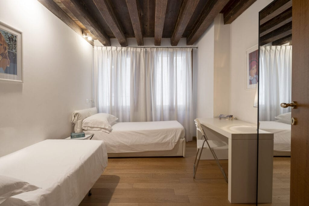 double room with two single beds  - The Lions 1 Apartment