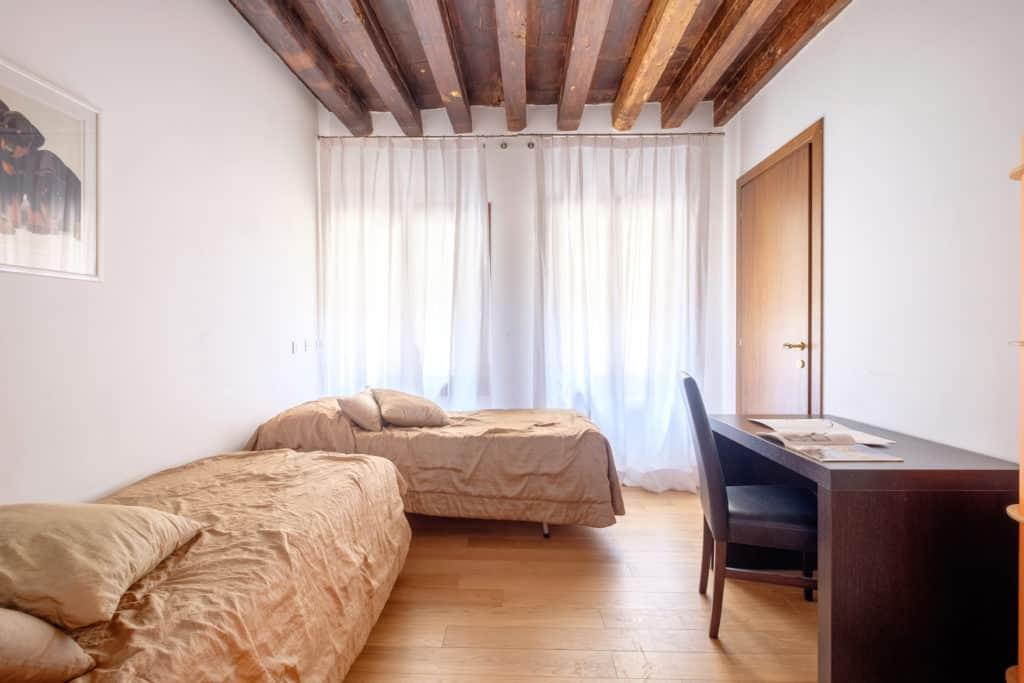 Luminous double bedroom with desk - The Lion's 2 Apartment