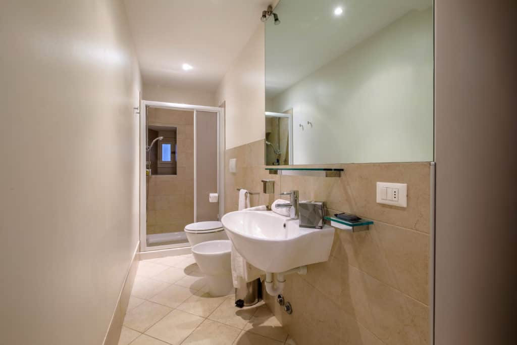Large bathroom with shower and modern furnishing - The Lion's 2 Apartment