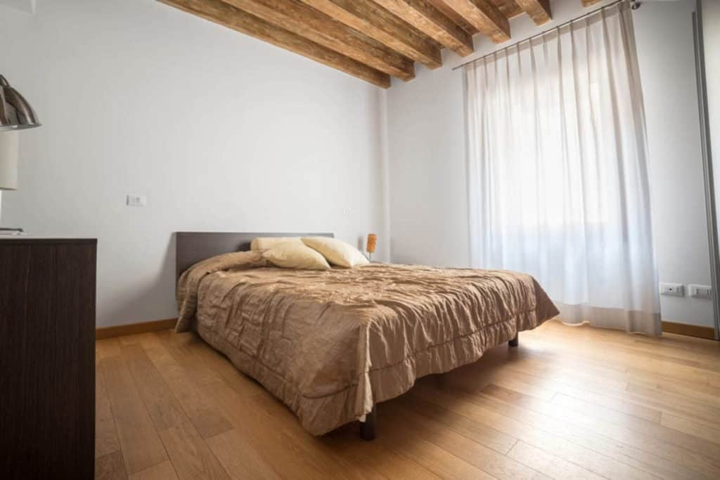 Large master bedroom with luminous window - The Lion's 2 Apartment