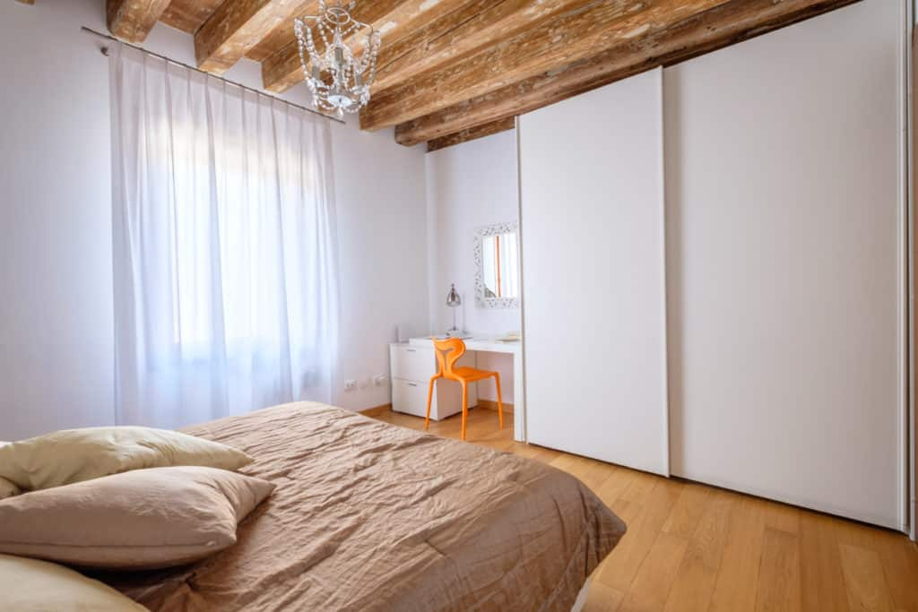 Large master bedroom with luminous window and wardrobe - The Lion's 3 Apartment