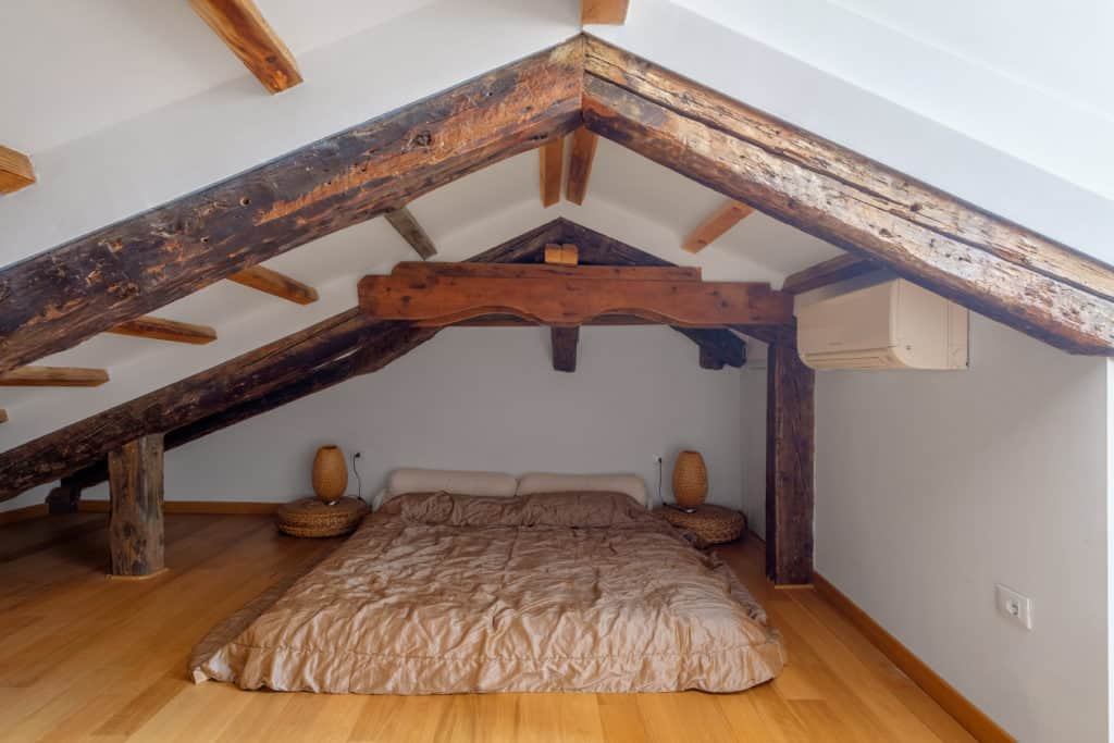 Attic with master bedroom and exposed beams - The Lion's 4 Apartment