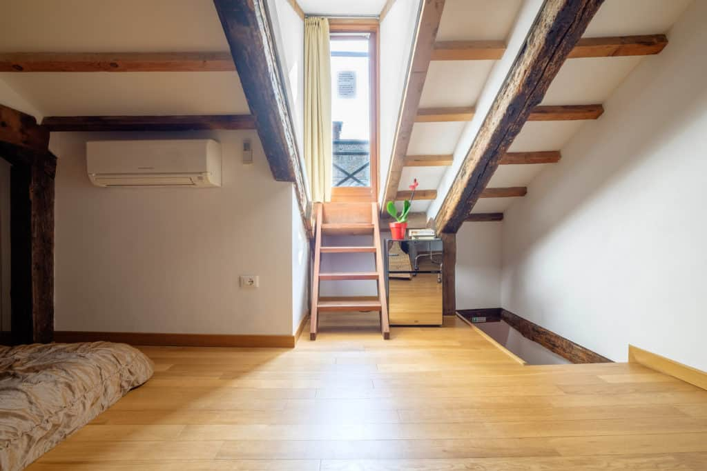 Right view of the attic with master bedroom and terrace - The Lion's 4 Apartment