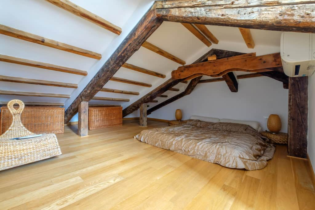 Left view of the attic with master bedroom and exposed beams - The Lion's 4 Apartment