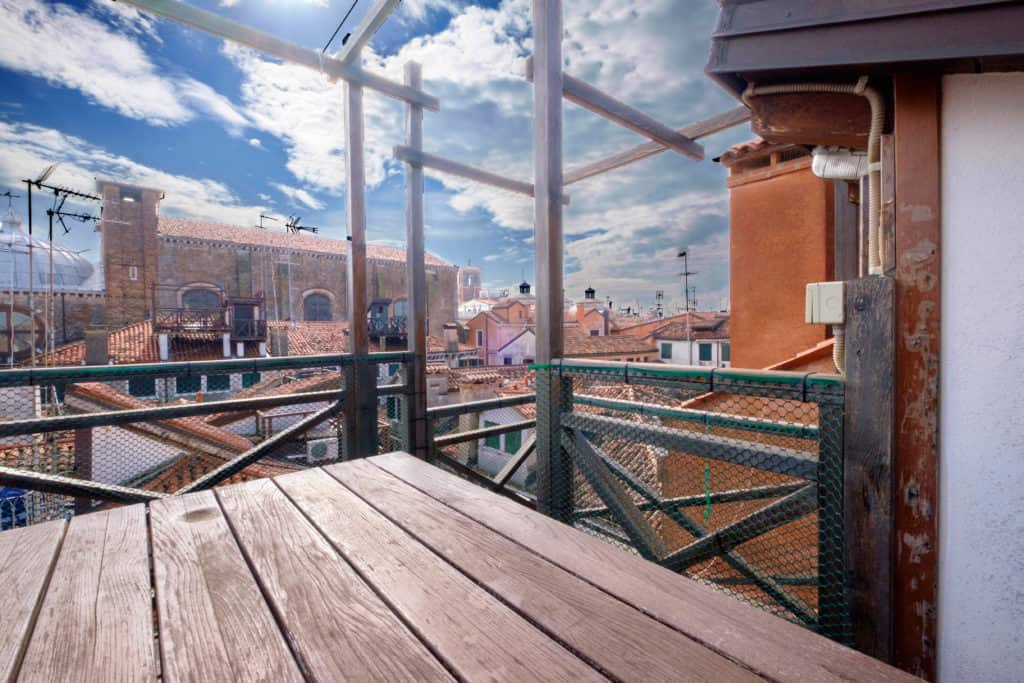 Small terrace with panoramic view of the Venetian roofs - The Lion's 4 Apartment