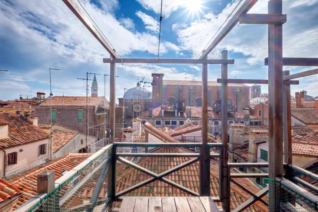 Left view of the small terrace with panoramic view of the Venetian roofs - The Lion's 4 Apartment