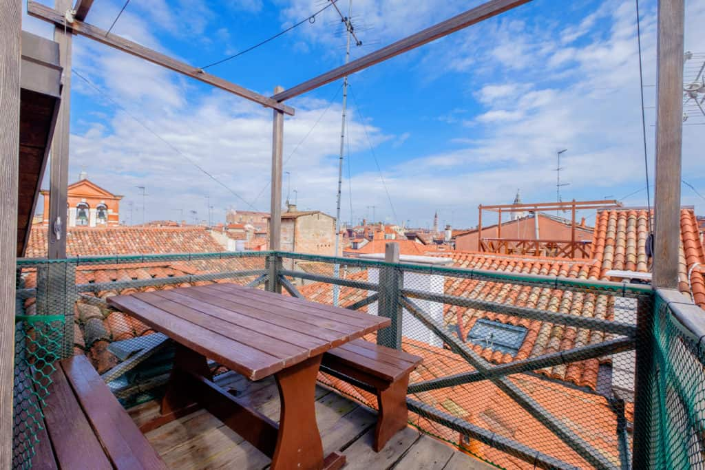 Dining table on the small terrace with panoramic view of the Venetian roofs - The Lion's 4 Apartment