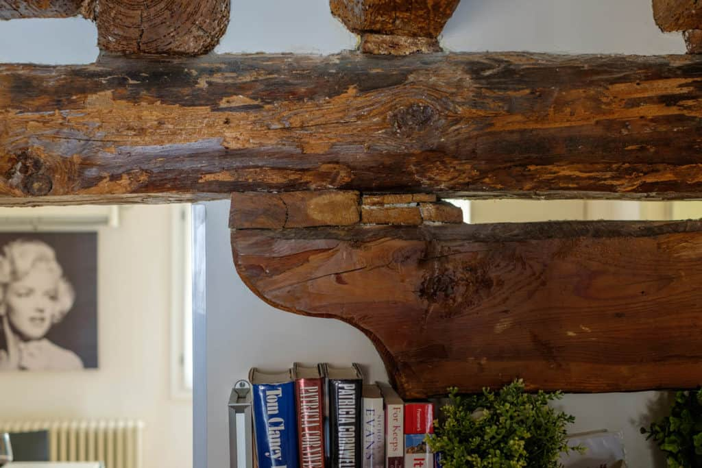 Exposed beams detail - The Lion's 5 Apartment