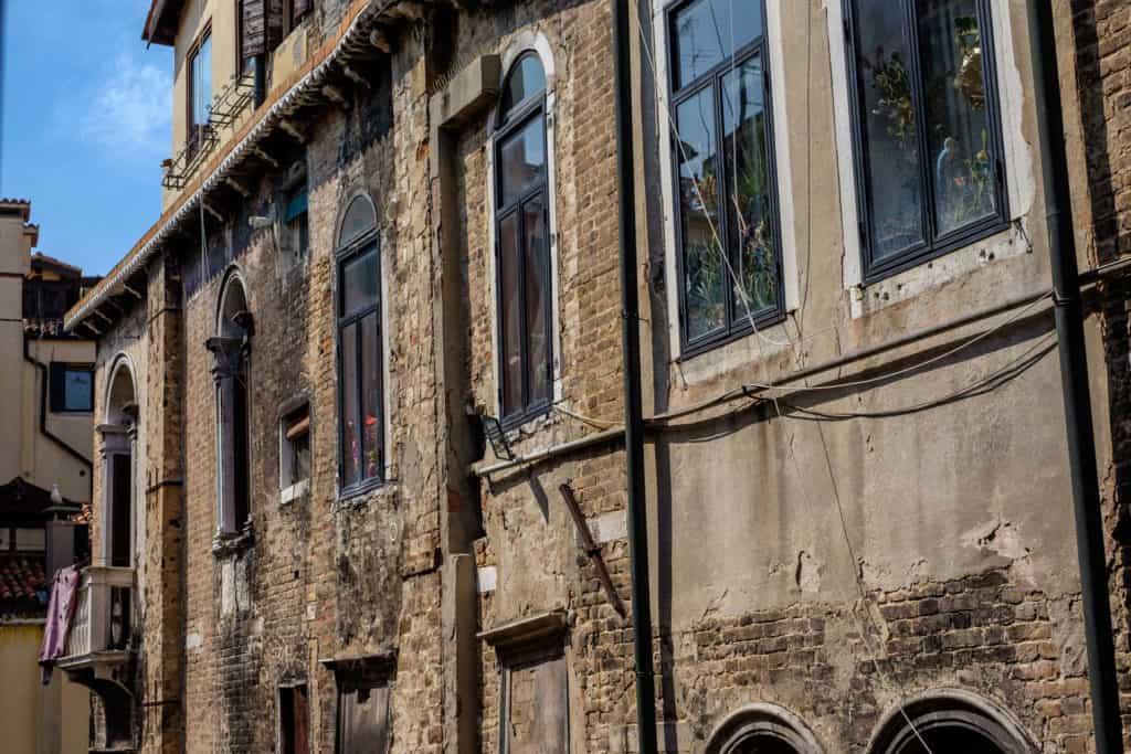 External facade detail - The Lion's 5 Apartment