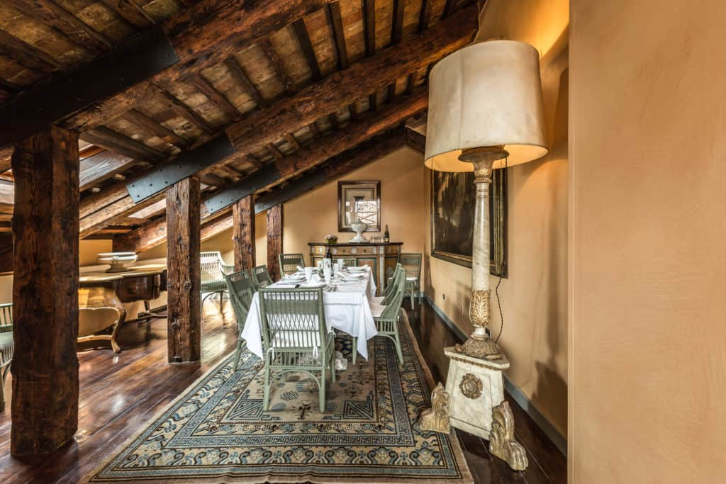 Small dining area with vintage furnishing and exposed beams - The Venetian Penthouse Apartment