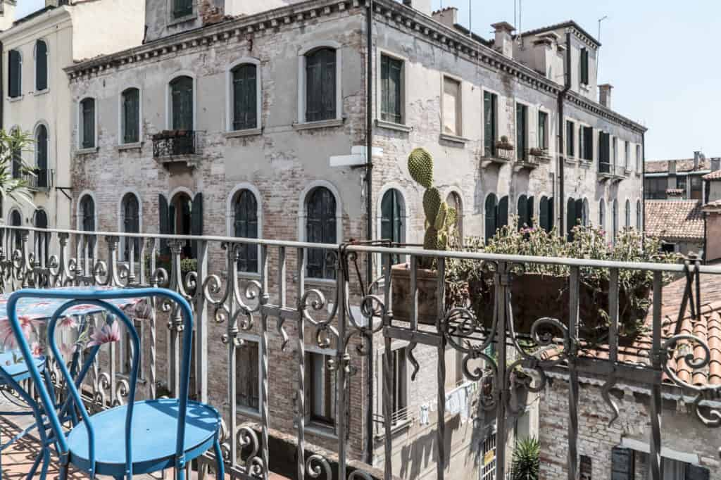 Small terrace with coffee table and view on the Venetian palaces - Three Terraces Apartment