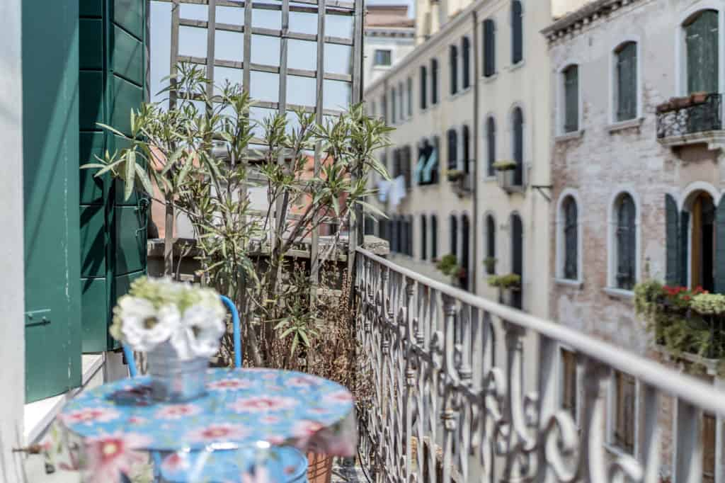 Left view of the small terrace with coffee table and view on the Venetian palaces - Three Terraces Apartment