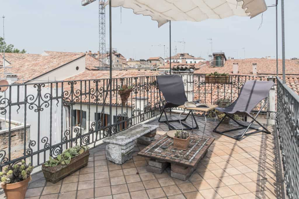 RIght view of the small terrace with coffee table and view on the Venetian palaces - Three Terraces Apartment