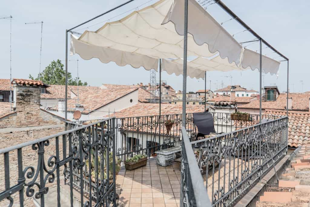 Terrace with coffee table and view on the Venetian palaces - Three Terraces Apartment