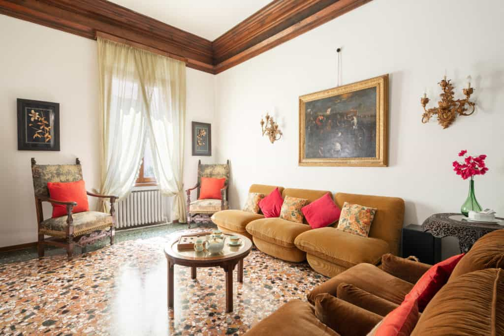 Right view of the luminous living room with vintage furnishing - Accademia 2 Apartment