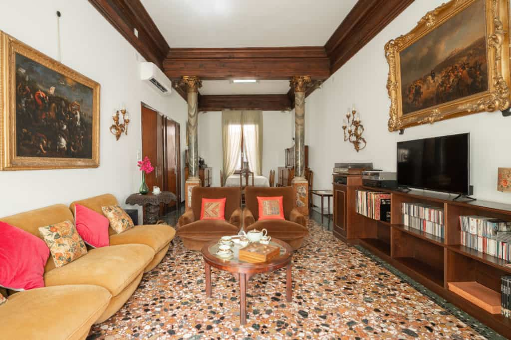 Large living room with vintage furnishing - Accademia 2 Apartment