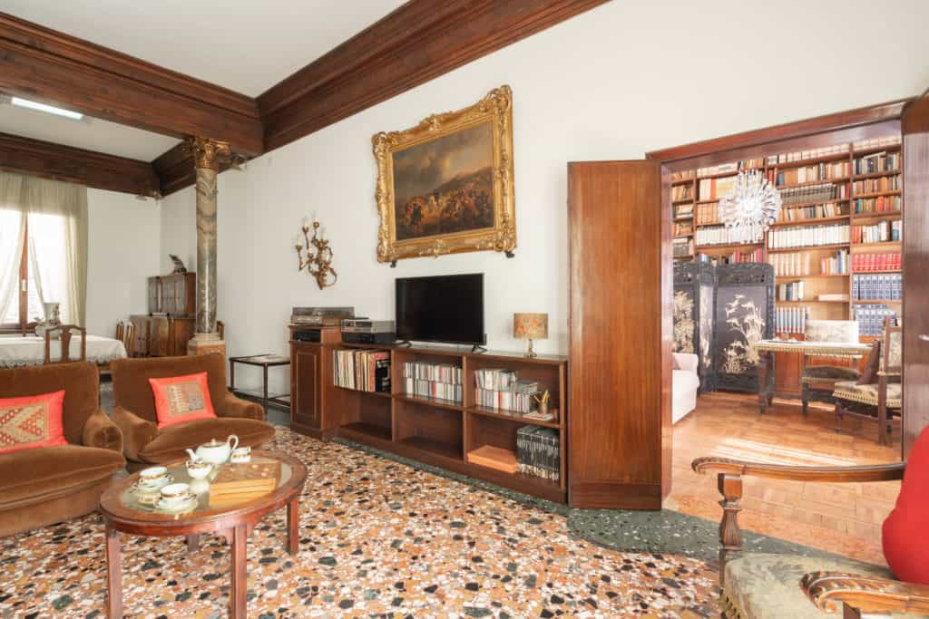 Left view of the large living room with vintage furnishing - Accademia 2 Apartment