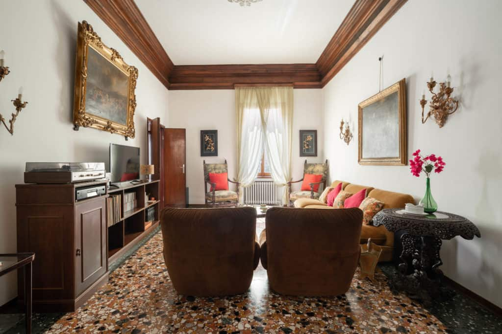 Luminous living room with vintage furnishing - Accademia 2 Apartment
