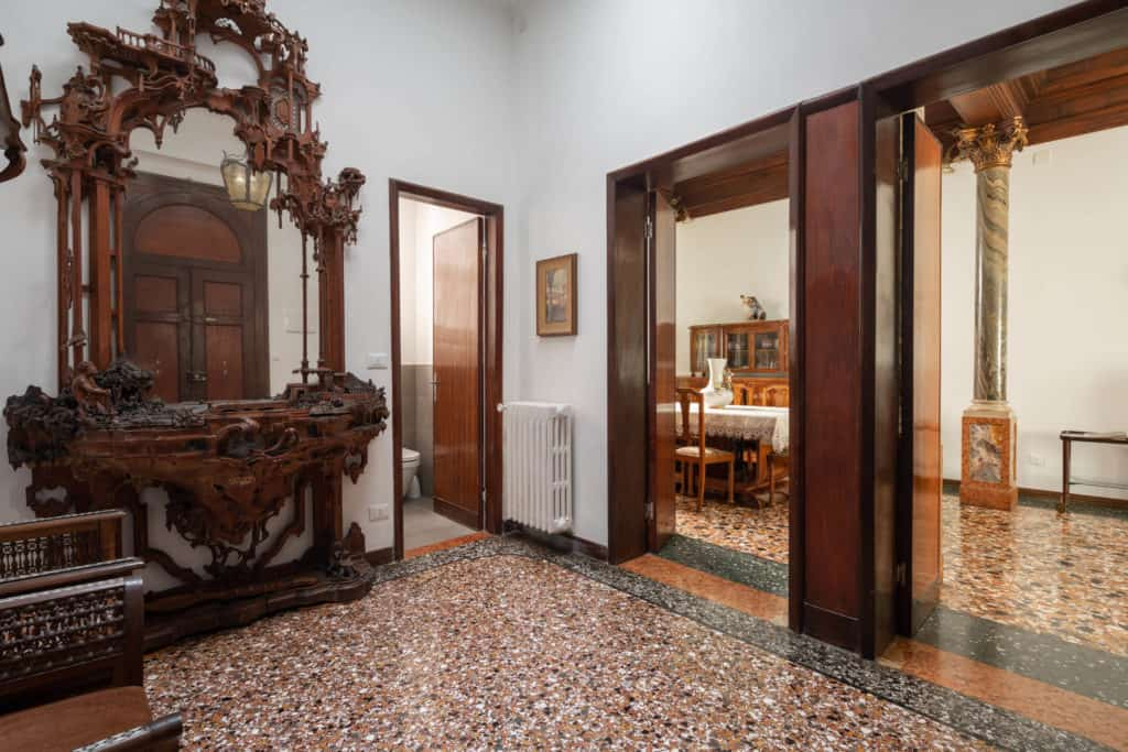 Hallway with antique furnishing - Accademia 2 Apartment