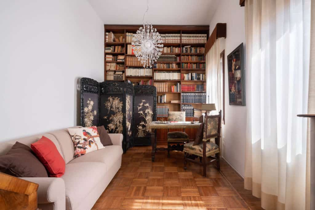 Luminous studio with antique library and desk - Accademia 2 Apartment