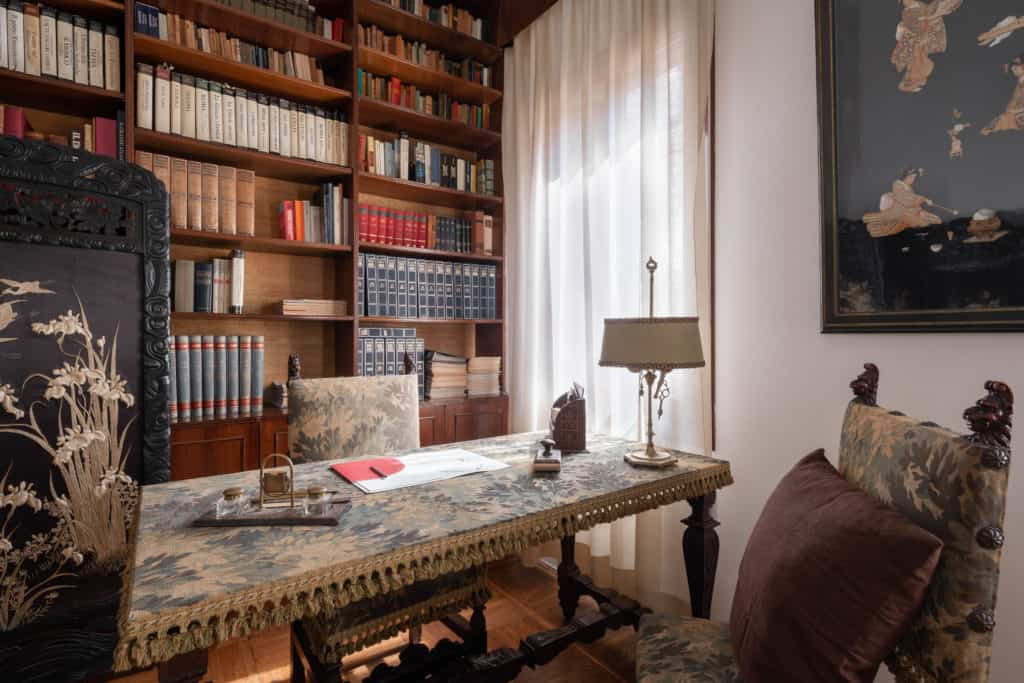 Right view of the studio with antique library and desk - Accademia 2 Apartment