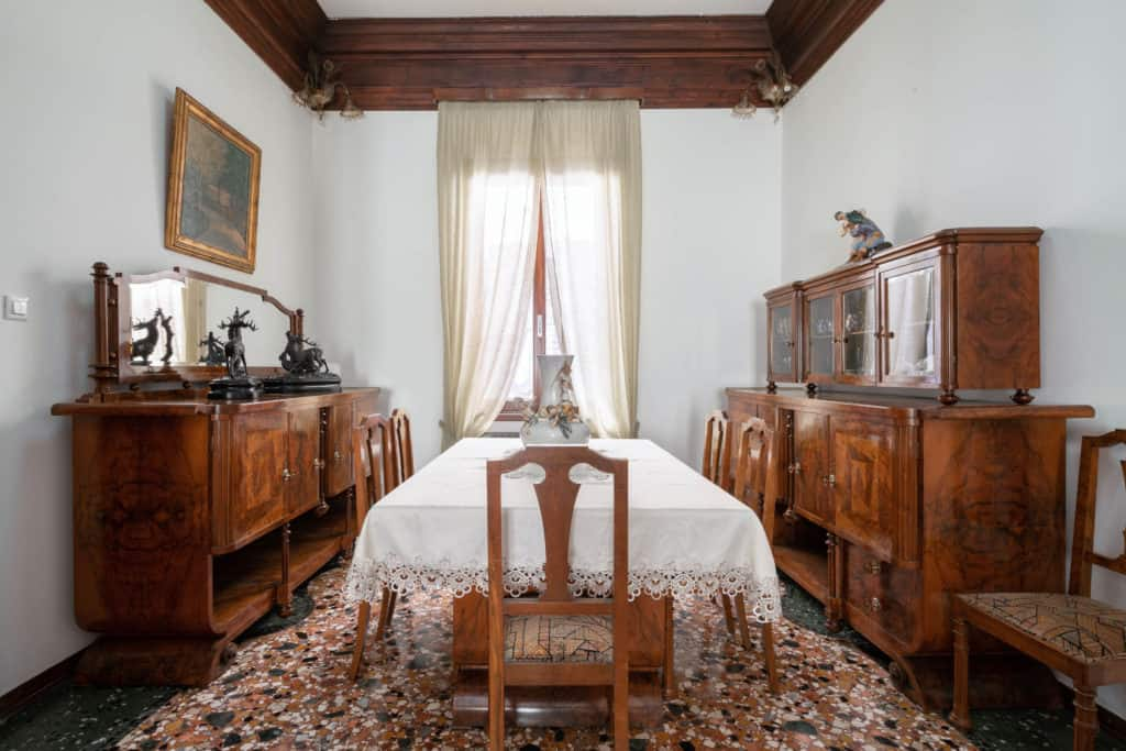 Large dining room with antique furnishing - Accademia 2 Apartment