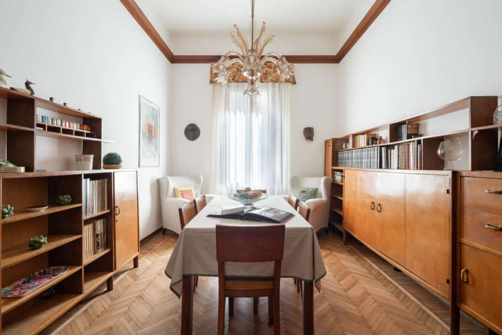 Luminous dining room with vintage furnishing - Accademia 2 Apartment