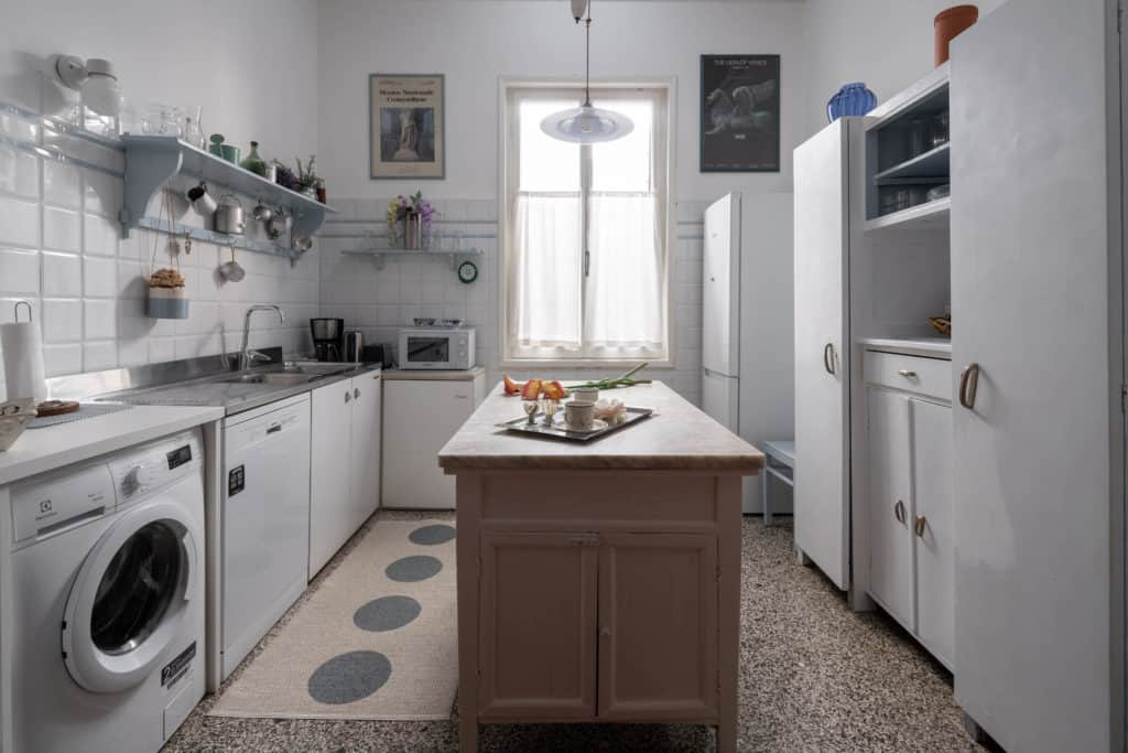 Large kitchen with marbled counter and washing machine - Accademia 2 Apartment
