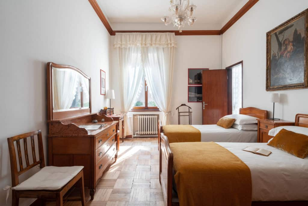 Left view of the large double bedroom with vintage furnishing - Accademia 2 Apartment