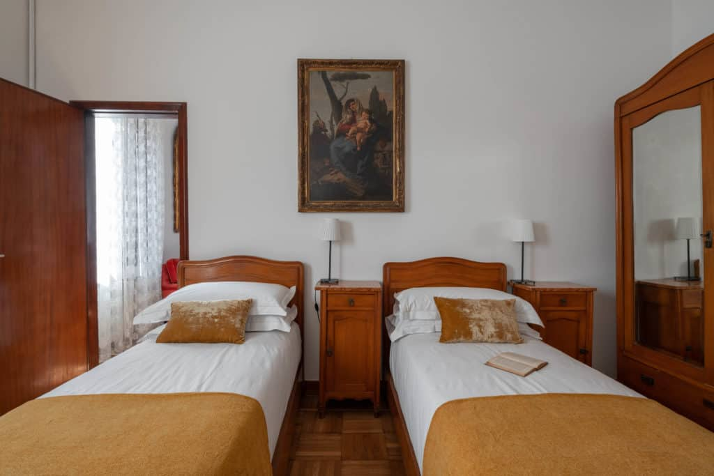 Large double bedroom with vintage furnishing - Accademia 2 Apartment