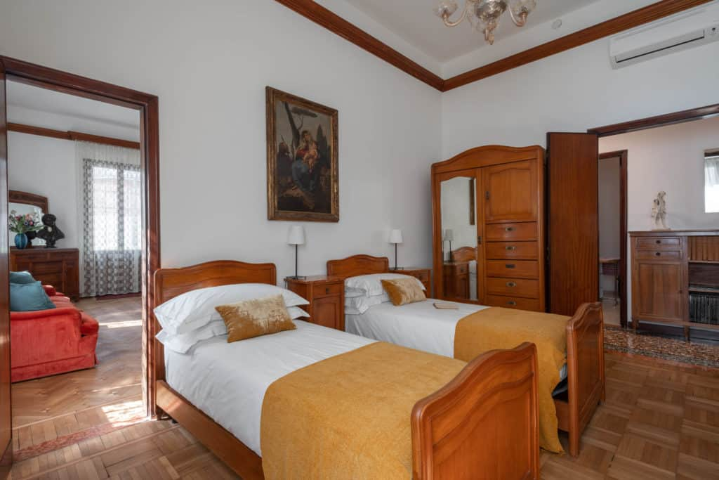 Right view of the large double bedroom with vintage furnishing - Accademia 2 Apartment