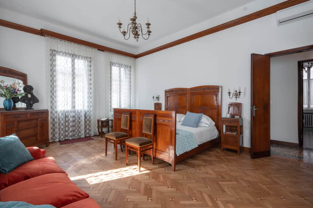 Large master bedroom with sofa and vintage furnishing - Accademia 2 Apartment