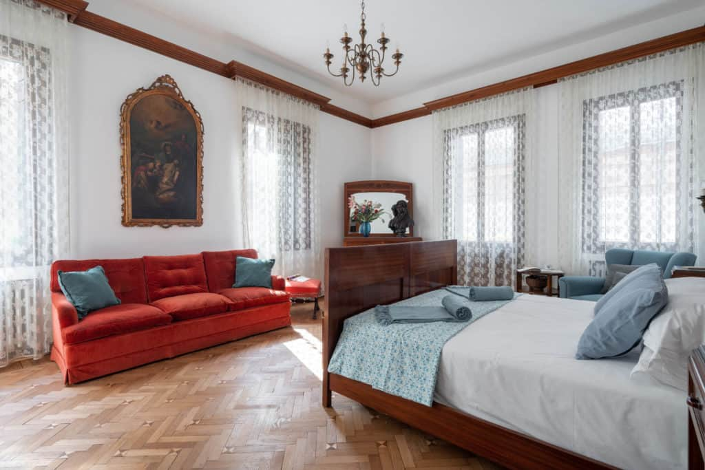 Left view of the large master bedroom with sofa and vintage furnishing - Accademia 2 Apartment