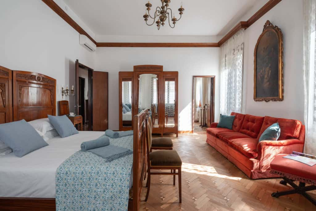 Right view of the large master bedroom with sofa and vintage furnishing - Accademia 2 Apartment