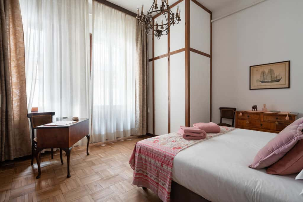 Small master bedroom with small vintage desk - Accademia 2 Apartment