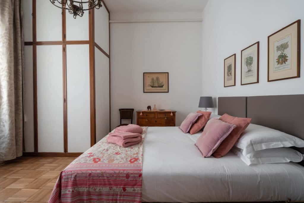 Left view of the small master bedroom - Accademia 2 Apartment