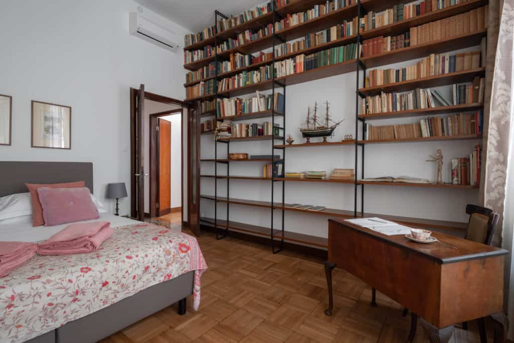 Right view of the small master bedroom with large library and desk - Accademia 2 Apartment