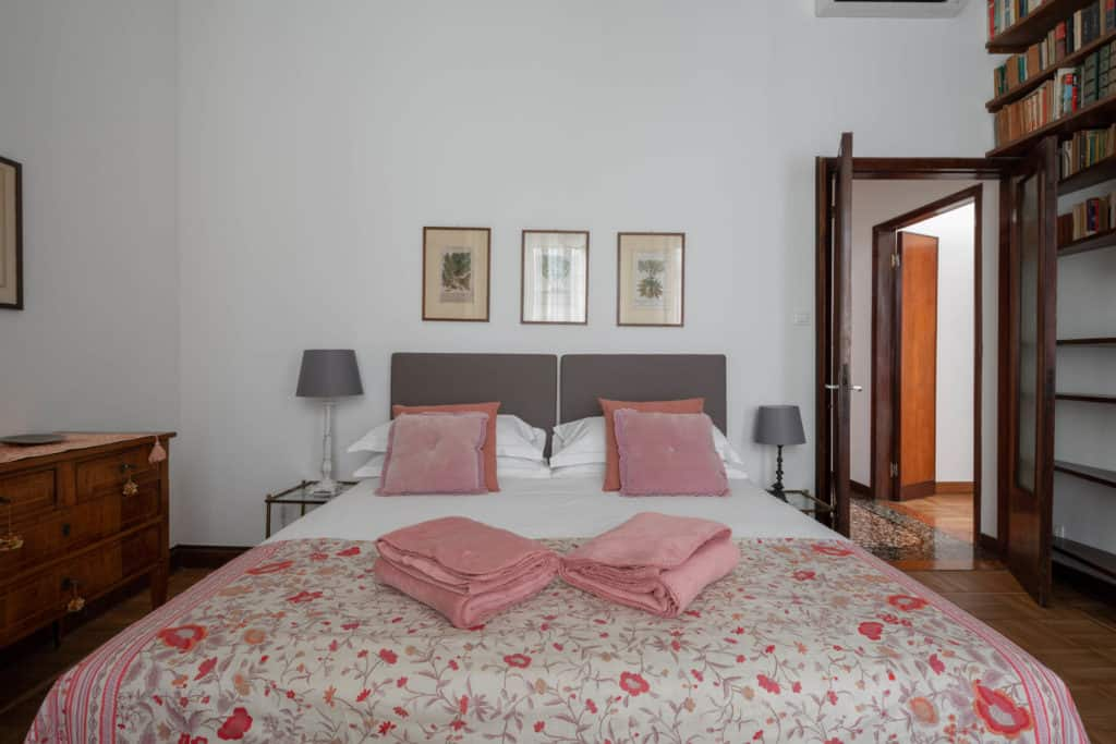 Detail of the master bedroom - Accademia 2 Apartment