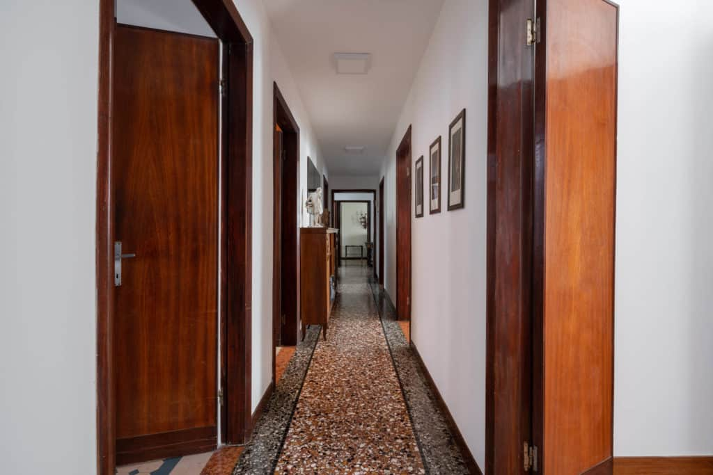 Long hallway with Venetian floor - Accademia 2 Apartment